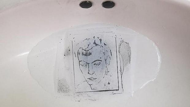 Detalhe de instalação de Óscar Muñoz, na Tabacalera, em Madri