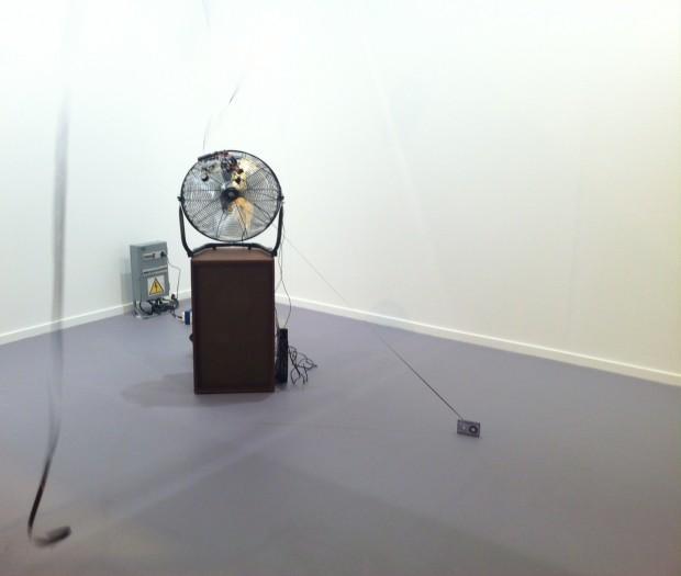 Instalação de Ícaro Zorbar, na galeria Casas Riegner, de Bogotá