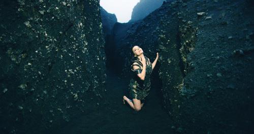 Cena do clipe 'Black Lake', que Björk fez para mostra no MoMA