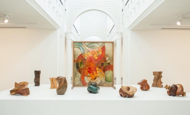 Esculturas e pinturas de Saloua Raouda Choucair, na Bienal de Charjah