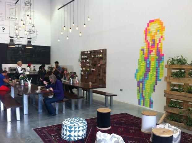 Um café no distrito de Alserkal Avenue, em Dubai