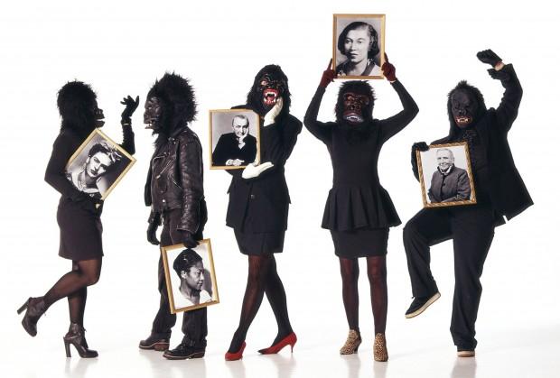 As Guerrilla Girls seguram retratos de mulheres importantes na história da arte