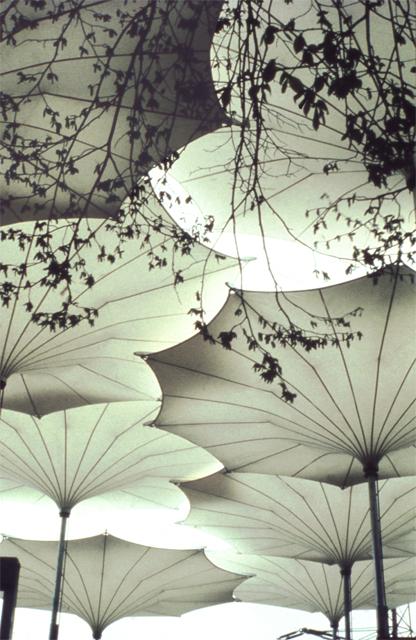 Guarda-chuvas desenhados por Frei Otto para a turnê da banda Pink Floyd nos Estados Unidos em 1977