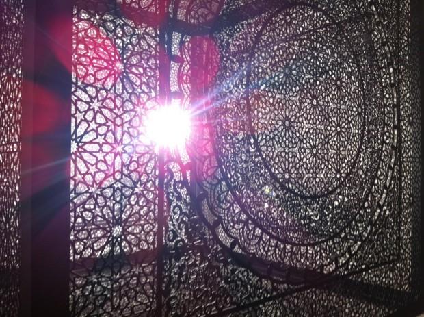 Instalação da artista paquistanesa Anila Quayyum, na galeria Aicon, de Nova York
