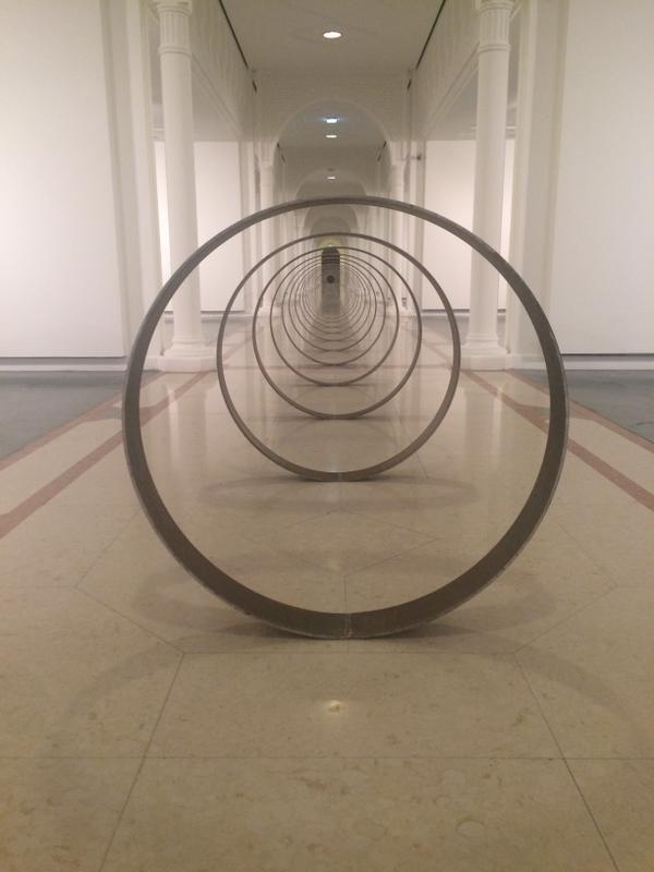 Instalação de Rayyane Tabet, na Bienal de Charjah