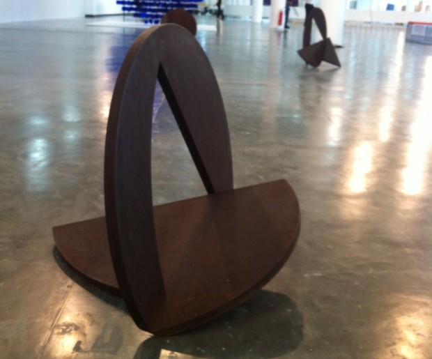 Escultura de Amilcar de Castro, representado pela Marilia Razuk, na SP-Arte