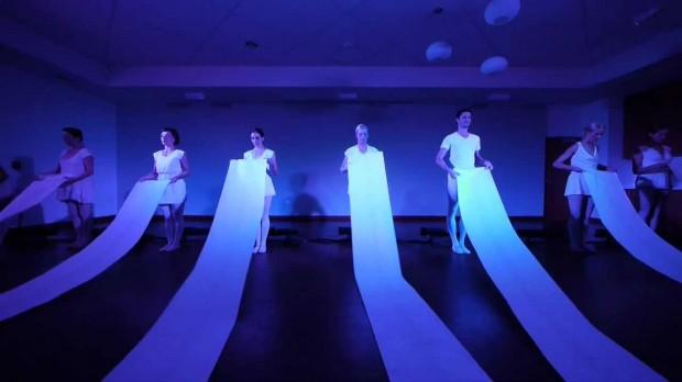 Bailarinos encenam 'Poem/Opera', performance criada por Channa Horwitz