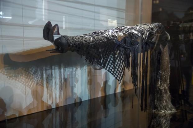 Parigi como Fancy Violence em performance na galeria Nara Roesler