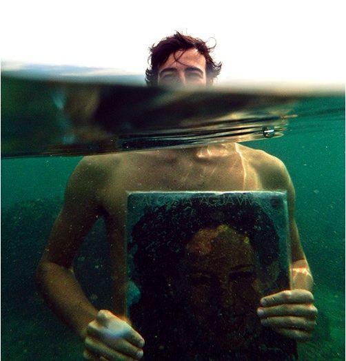 Arthur Scovino em uma das imagens de sua série com os discos de Gal Costa