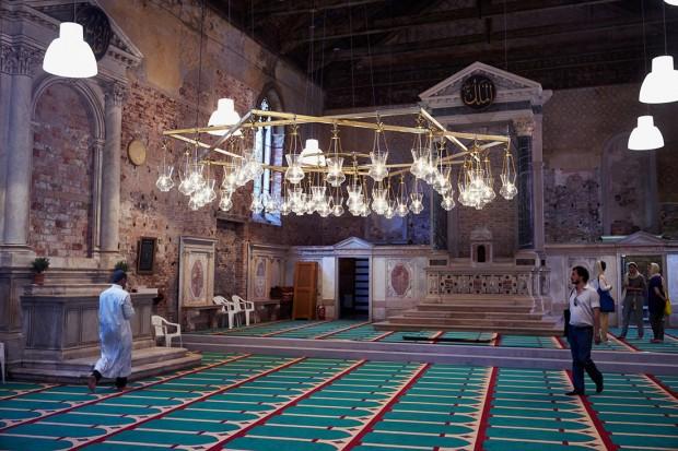 Igreja convertida em mesquita pelo artista suíço Christoph Büchel em Veneza