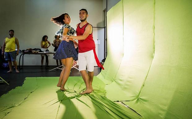 Carlos Monroy grava sua versão do clipe 'Chorando se Foi' para o Videobrasil