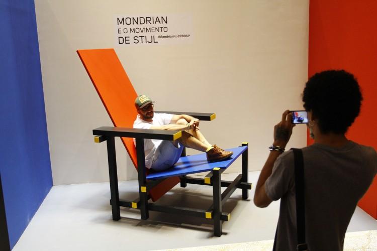 Visitantes tiram fotos com réplica gigante de cadeira de Gerrit Rietveld no CCBB