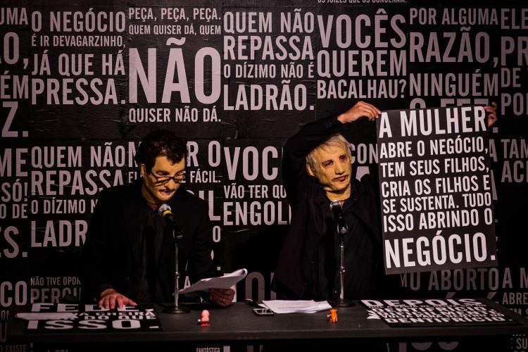 Performance de Maurício Dias e Walter Riedweg no Paço das Artes