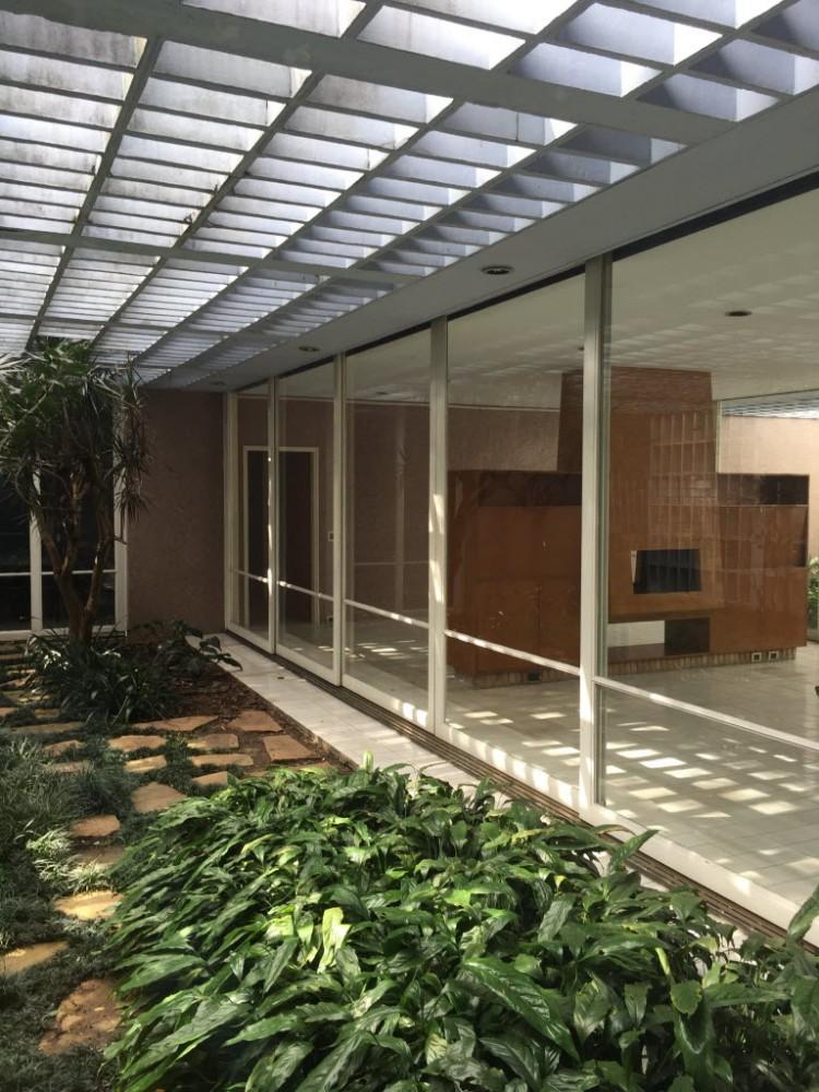 Nova sede da Luciana Brito, que ocupa uma casa desenhada por Rino Levi