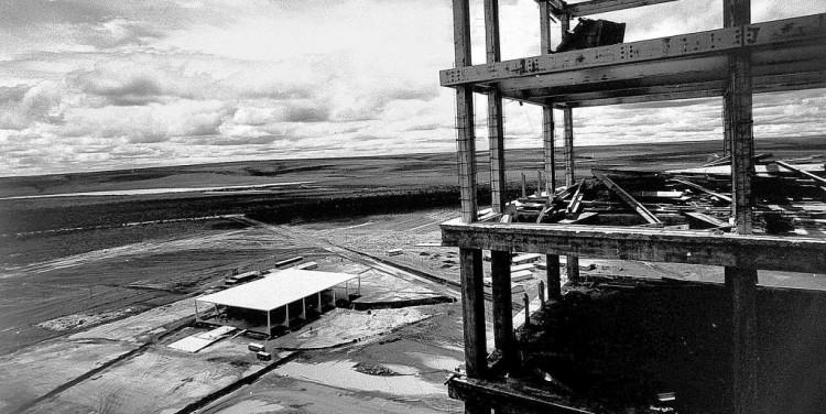 Brasília em construção em fotografia de Thomaz Farkas