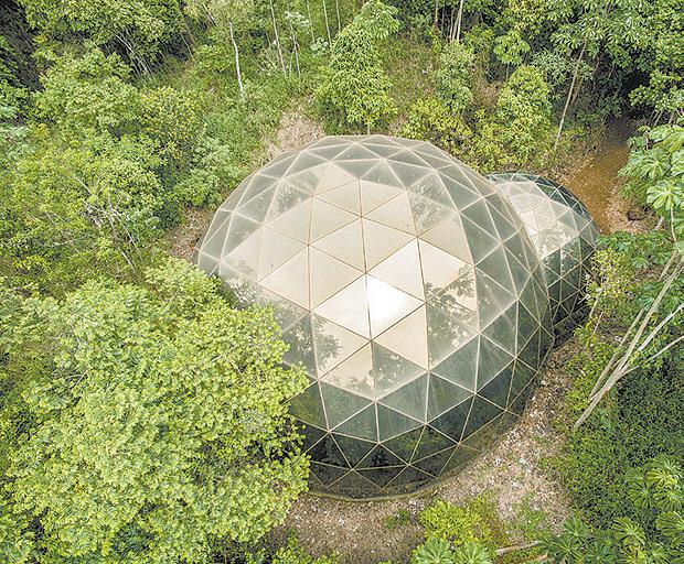 DO ALTO - Celebrando seus dez anos, o inhotim lança três livros com ensaios fotográficos do museu, entre eles um de imagens aéreas como esta do pavilhão de Matthew Barney (Foto: Divulgação)